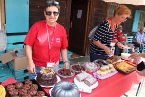 Alles im Griff beim Kuchenverkauf haben Manuela Fürnrieder und Sarah Schottlaender.