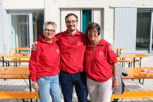 Der Aufbau ist geschafft: Barbara Lösch, Thomas und Ingrid Fäth