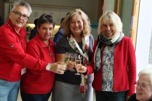 Auf das gelungene Fest stoßen Barbara Lösch, Manuela Fürnrieder, Annette Ganssmüller-Maluche und Gabriele Müller an.