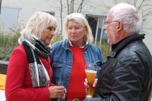 Nach dem Essen ist Zeit für die netten Gespräche: Gabriele Müller, Gabriele von Ende-Pichler und Helmut Dworzak