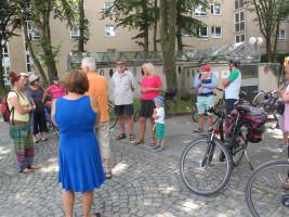 An der Grundschule im Jagdfeld berichtet Gabriele Müller über den aktuellen Baufortschritt.