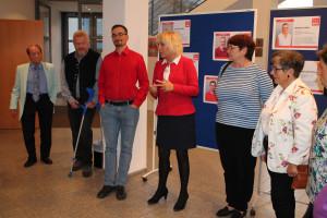 Bürgermeisterin Gabriele Müller geht mit allen Kandidatinnen und Kandidaten noch einmal den Ablauf des Abends durch.