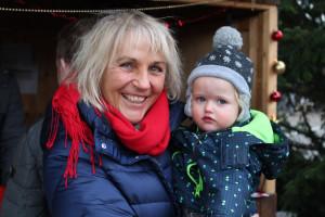 Bürgermeisterin Gabriele Müller zeigt der kleinen Isabell die weihnachtliche Stimmung.