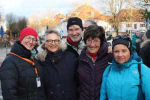 Vor dem Stand ist die Stimmung super: Sarah Schottlaender, Barbara Lösch, Peter König, Ingrid Fäth und Manuela Fürnrieder