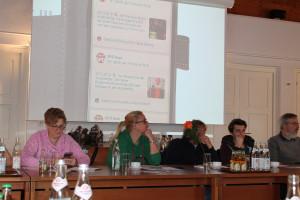 Konzentriertes Arbeiten: Sarah Schottlaender, Claudia Lippert, Peter Schießl, Christian und Alexander Zill