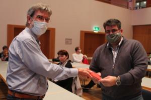 Peter König übergibt Apostolos Kotsis das Parteibuch und begrüßt ihn in der SPD.