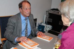 """Auch Peter Paul Gatzer war gekommen und verschenkte und signierte einige seiner Bücher zum Thema """"Alt ist was?"""""""