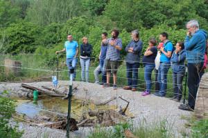 Betriebsleiter Armin Günter erläutert den Wert von Wasserstellen für die Natur.