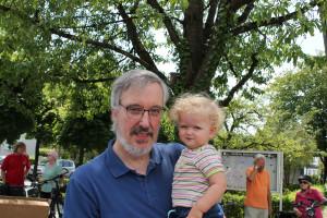 Die kleine Isabel genießt die Aussicht am Arm vom großen Alexander Zill