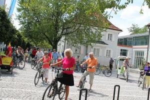 Rund 50 Radler folgen Bürgermeisterin Gabriele Müller