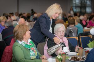 Bei der Seniorenbürgerversammlung gibt es nicht nur Kaffee, sondern auch viele Informationen aus erster Hand von Bürgermeisterin Gabriele Müller.
