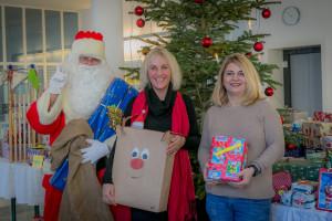 Beim weihnachtlichen Wunschbaum werden Geschenke für Bedürftige gesammelt und ganz Haar hat Freude am Schenken.