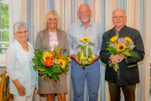 Gabriele Müller bedankt sich beim langjährigen Vorsitzenden des Seniorenclub Peter Ziegler und Wünscht dem Nachfolger Georg Obermeier alles Gute.