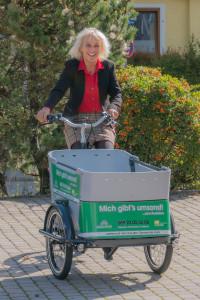 Bürgermeisterin Gabriele Müller testet das Lastenrad der Gemeinde Haar - Jeder kann es sich kostenlos ausleihen.